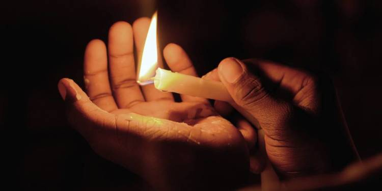 Kerze, Hand - © Envato Elements