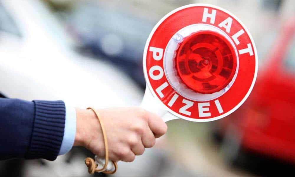 Polizist winkt Verkehrsteilnehmer heraus