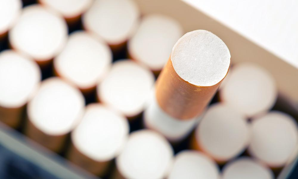 Herausrragende Zigarette aus einer voller Schachtel