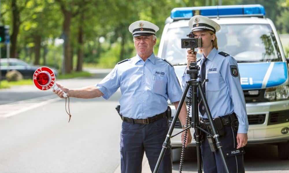 2 Polizisten führen eine Geschwindigkeitskontrolle durch