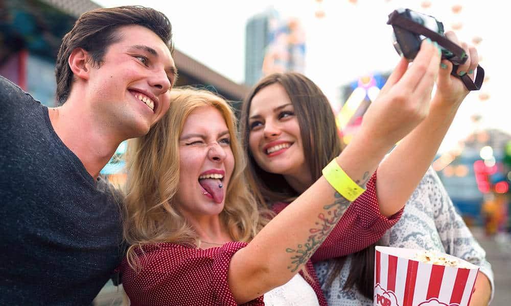 Jugendliche machen ein Selfie auf einer Kirmes
