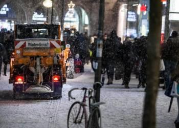 Kleinere Räumungsfahrzeuge des Winterdienstes in einer verschneiten Innenstadt