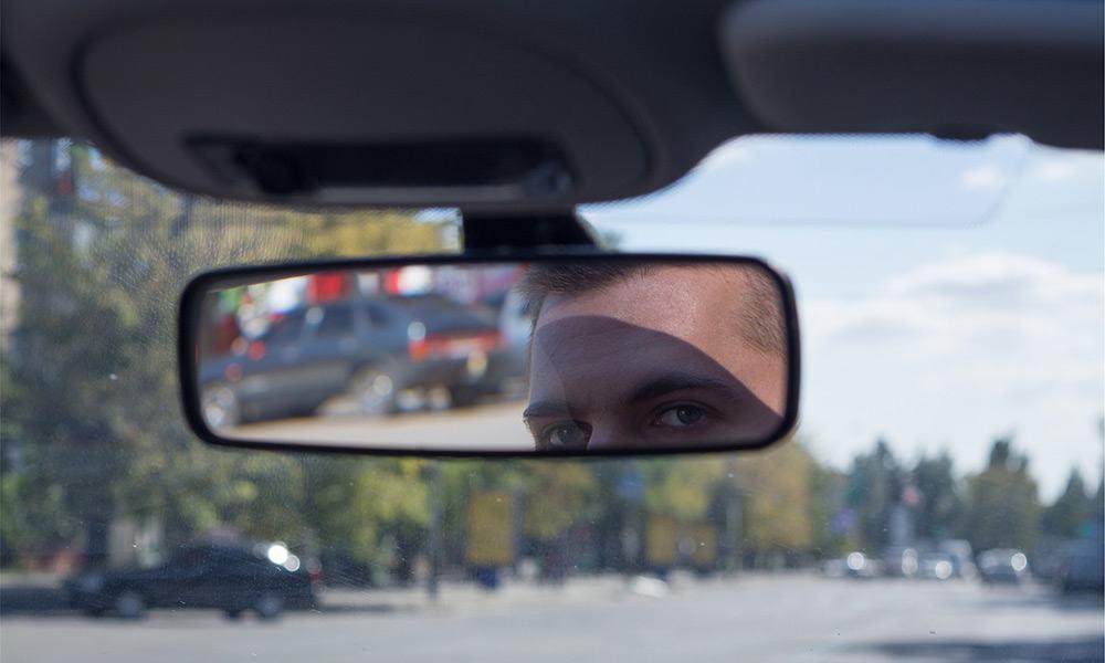 Das Gesicht eines Mannes im Rückspiegel
