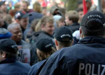 Polizisten vor einer Demonstration