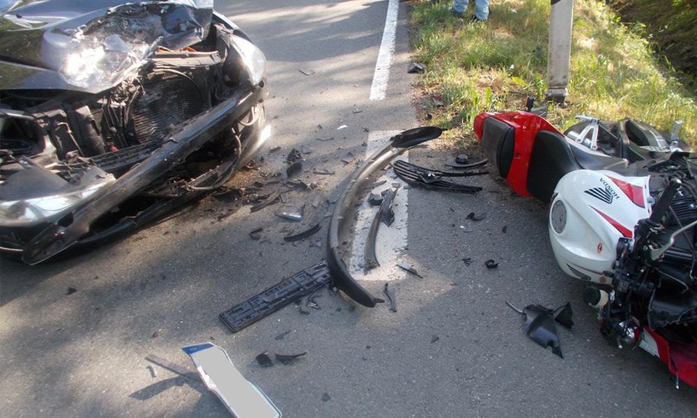 Der Peugeot und das Motorrad der Marke Honda wurden bei der Kollision schwer beschädigt. - © Polizei Stemwede