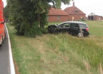 Der schwarze Opel der 51-Jährigen prallte mit der linken Fahrzeugfront gegen den Baum. - © Polizei Rahden