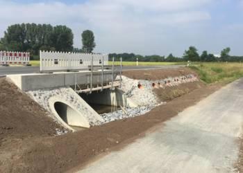 Die Flutbrücke an der Möhlerstraße ist fertig gestellt: Bei Hochwasser gibt es drei Arten von Durchlässen: Den großen rechteckigen, den danebenliegenden großen runden und die zwölf Rohre, die in die verfüllte alte Flutbrücke eingearbeitet worden sind. - © Kreis Gütersloh