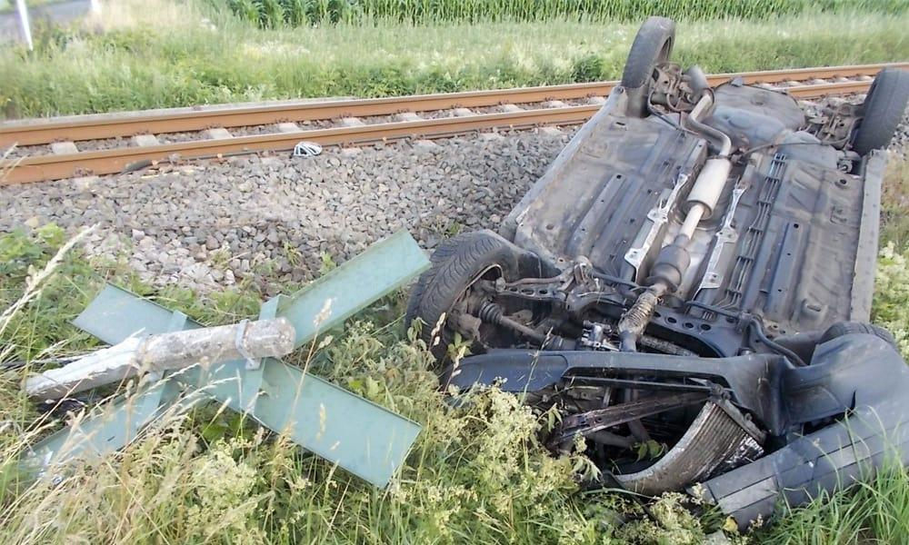 Nach der Kollision mit der Eurobahn landete das Auto auf dem Dach im Feld. - © Polizei Espelkamp