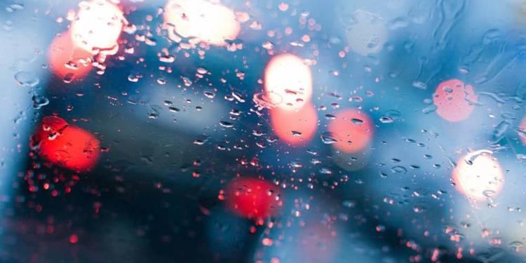 Verschwommene Sicht durch ein verregnetes Fenster