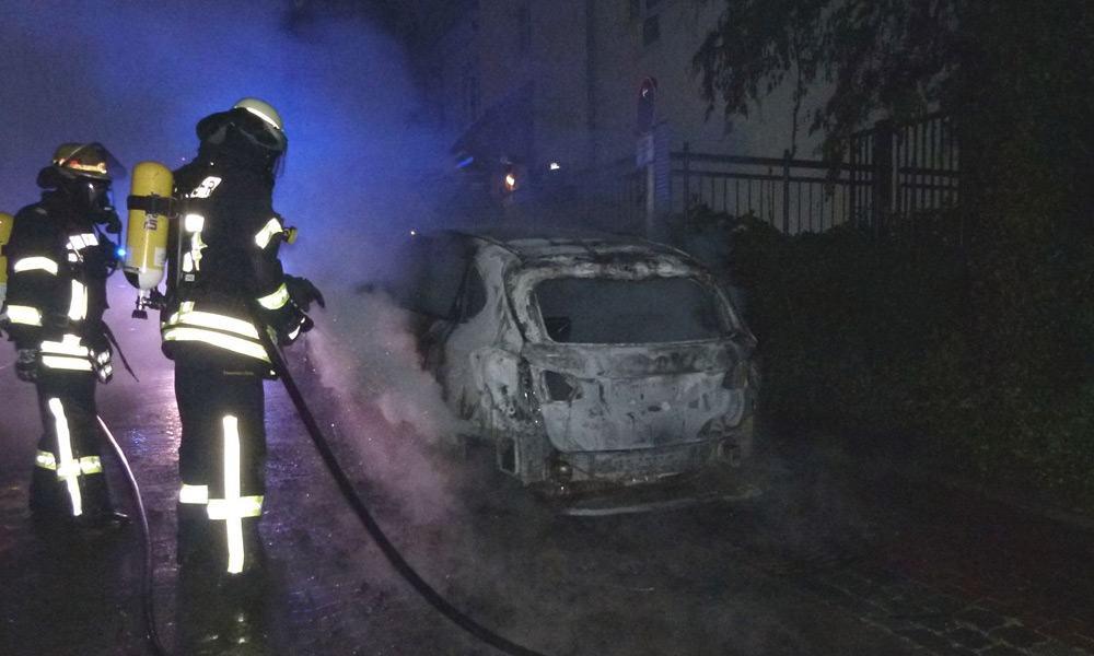 Die Feuerwehr löschte den Fahrzeugbrand in der Petersilienstraße. - © Polizei Minden