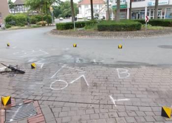 Die Polizei markierte nach dem Unfall die Spuren auf dem Asphalt im Kreisverkehr. - © Polizei Rahden