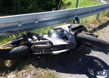 Nach dem Sturz auf der L 770 in Petershagen rutschte das Motorrad, eine Honda, unter die Leitplanke. - © Polizei Petershagen