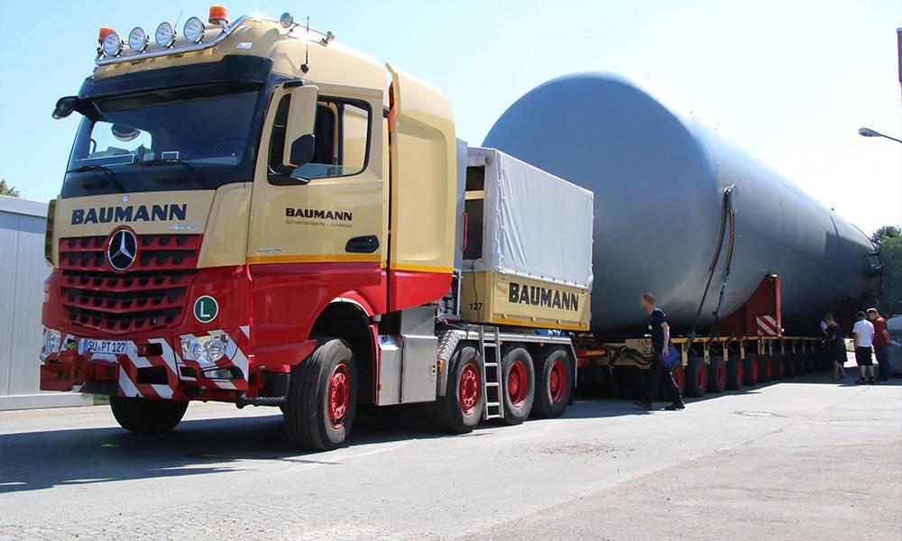 14 Achsen haben die Tieflader, auf denen die rund 100 Tonnen schweren Behälter transportiert werden. - © Kreis Gütersloh