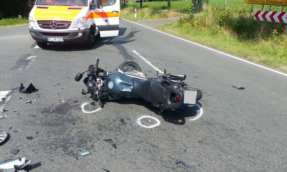 Das Motorrad des 58-Jährigen, eine Honda, blieb beschädigt auf der Mindener Straße liegen. Zudem lagen Trümmerteile verstreut auf der Fahrbahn - © Polizei Hüllhorst