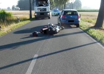 Beim Sturz zog sich der Kradfahrer schwer Verletzungen zu. - © Polizei Stemwede