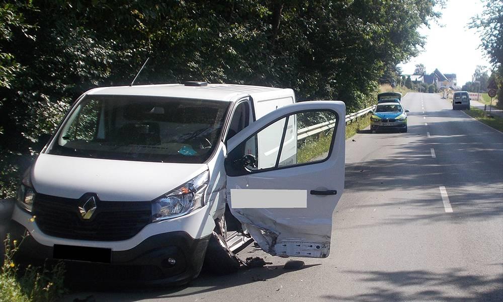 Der Renault kam nach dem Unfall in der Leitplanke zum Stehen - © Polizei Hüllhorst