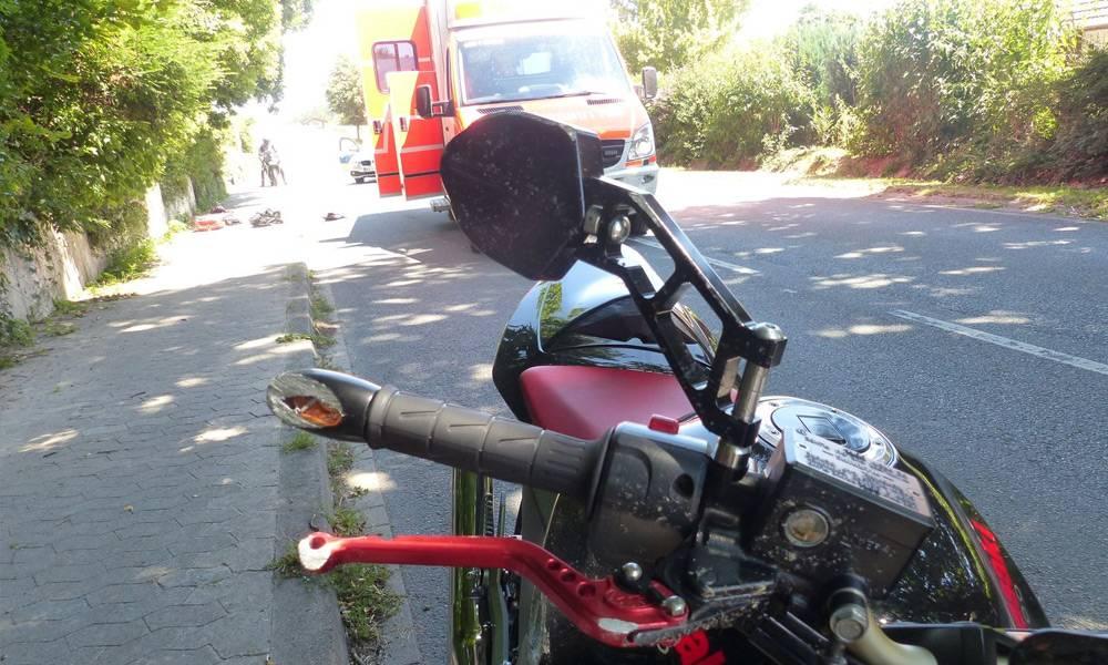 Der Rettungsdienst kümmerte sich um den gestürzten Biker. Er wurde anschließend per Rettungshubschrauber in eine Klinik nach Minden geflogen. - © Polizei Hüllhorst