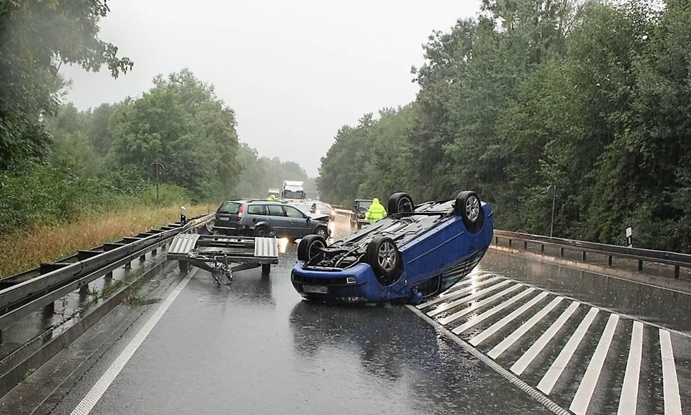 Der Autotransport endete mit Totalschäden und blockierte die B1 - © Polizei Paderborn