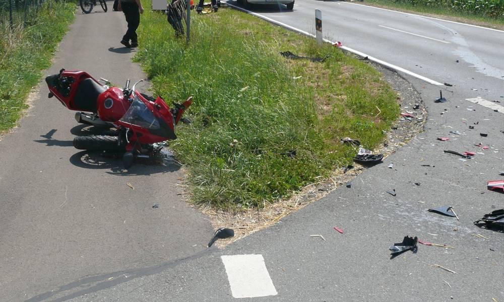 Die rote Honda des 22-jährigen Hillers blieb schwer beschädigt auf dem Geh- und Radweg neben der Isenstedter Straße liegen. Trümmerteile lagen verstreut im Kreuzungsbereich. - © Polizei Lübbecke