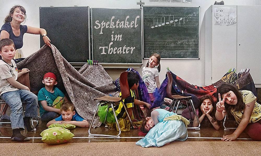 Spektakel in der Bärenhöhle: Kinder der Grundschule Blankenhagen in Gütersloh üben für die Theateraufführung beim OGS-Abschlussfest mit Theaterpädagogin Julia Focke(l.). - © L. Reese/D. Güthenke