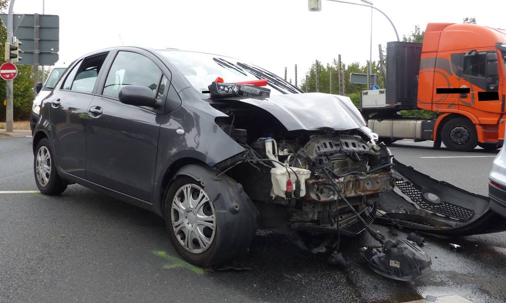 Bei dem Unfall in der Birne verletzten sich alle drei Beteiligte. - © Polizei Minden