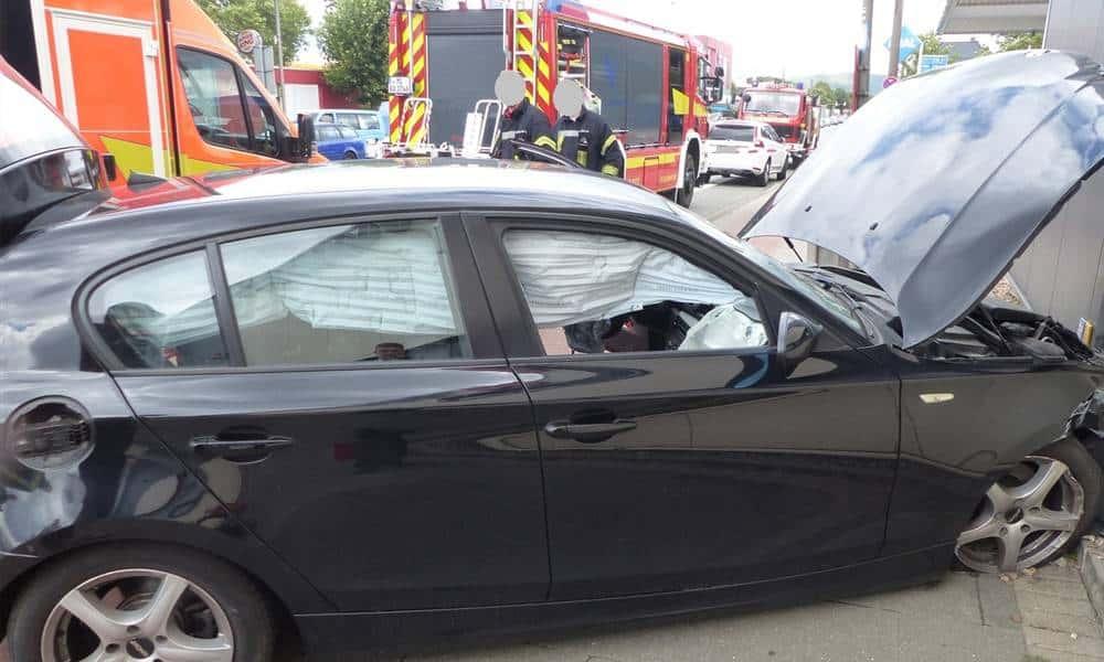 Die Fahrt des BMW-Fahrers endete an einer Hauswand. - © Polizei Bad Oeynhausen