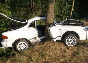 Der Toyota des 19-Jährigen prallte mit der Beifahrerseite gegen den Baum. - © Polizei Rahden