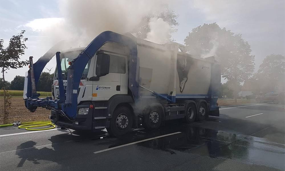 Schwelbrand in der Mulde des Müllfahrzeugs - © Polizei Delbrück