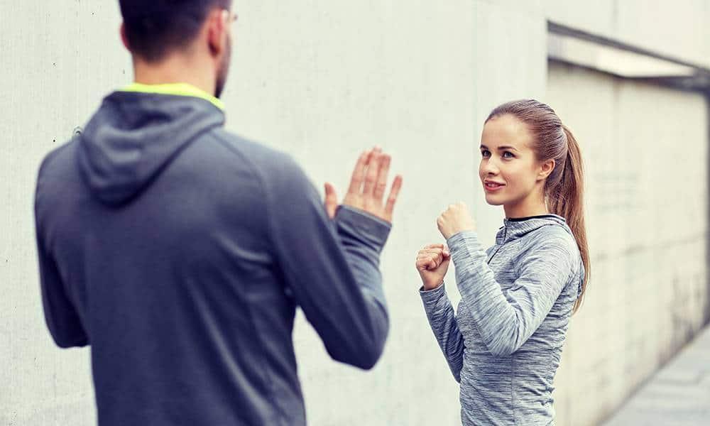 Eine junge Frau verteidigt sich gegen einen Mann