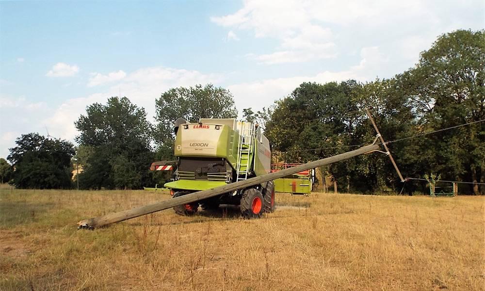 Die Hochspannungsleitungen blieben auf dem Mähdrescher hängen - © Polizei Lichtenau