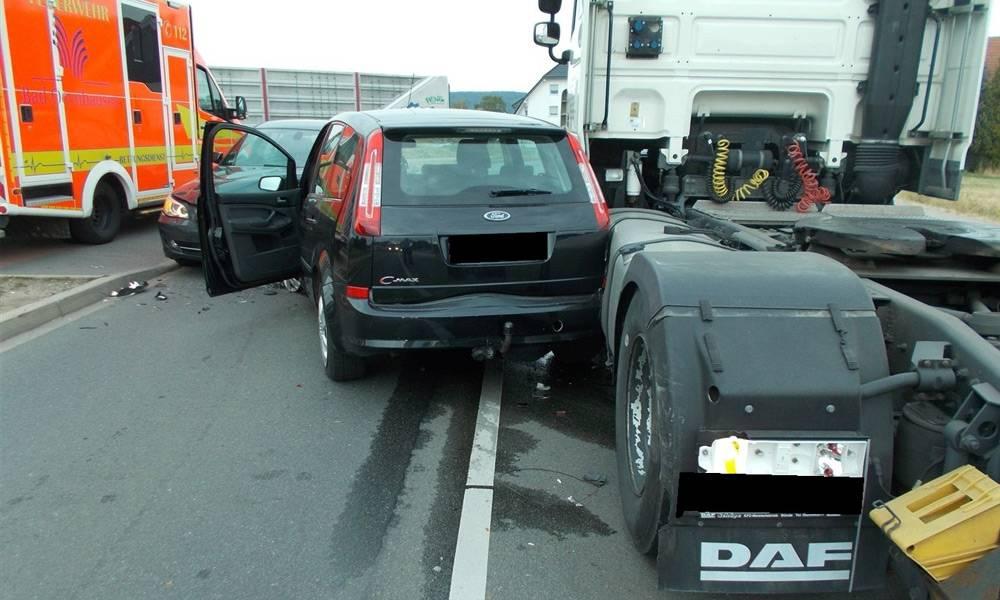 Nach der Frontalkollision schleuderte ein Auto gegen einen Lkw - © Polizei Bad Oeynhausen