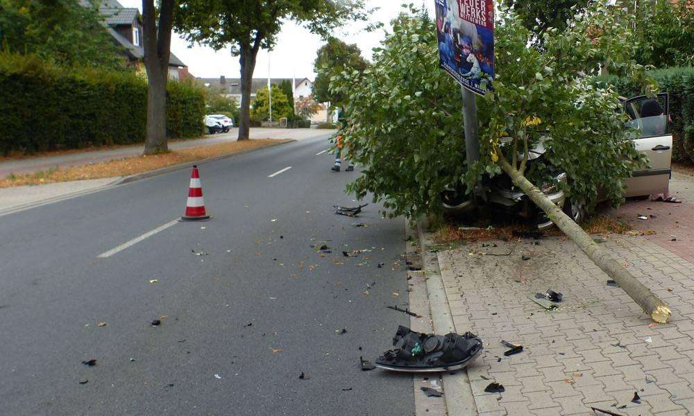 Der Pkw der 47-Jährigen prallte gegen eine Laterne. Der Wagen wurde von einem der zuvor umgerissenen Bäume verdeckt - © Polizei Minden