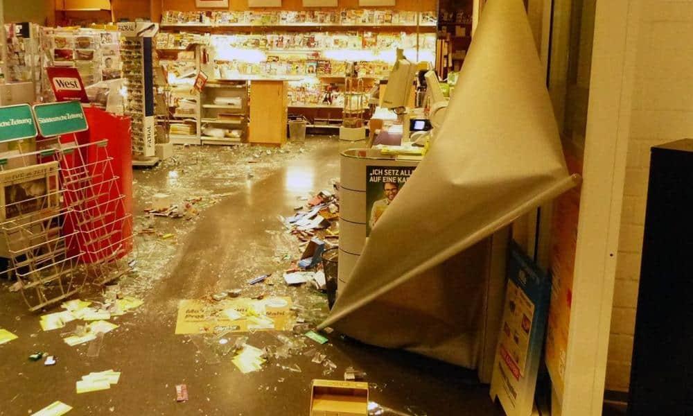 Bei dem Einbruch in den Markt hinterließen die Täter eine Spur der Verwüstung. - © Polizei Hille