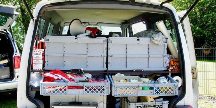 Transporter mit geöffneter Heckklappe