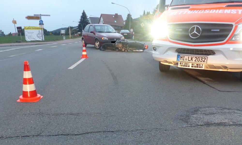 Die Yamaha des 51-Jährigen rutschte über den Asphalt und prallte gegen die Front des abbiegenden Opel. - © Polizei Hüllhorst