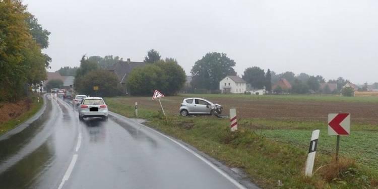 Auto geriet in den Graben und überschlug sich. - © Polizei Preußisch Oldendorf