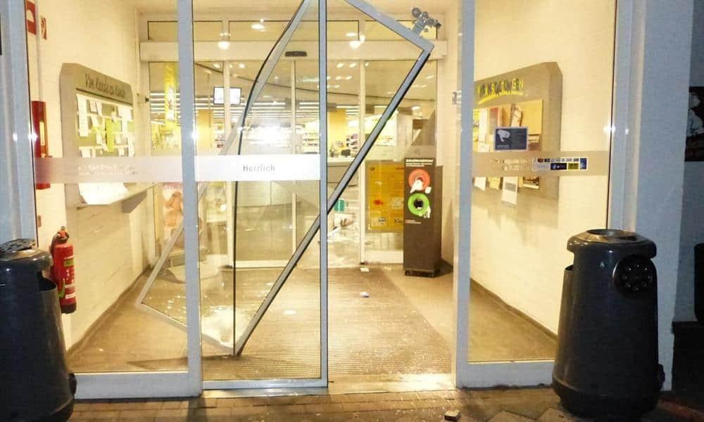 Mit einem Hammer schlugen die Einbrecher die gläsernen Eingangstüren des WEZ-Marktes in Hille ein. - © Polizei Hille
