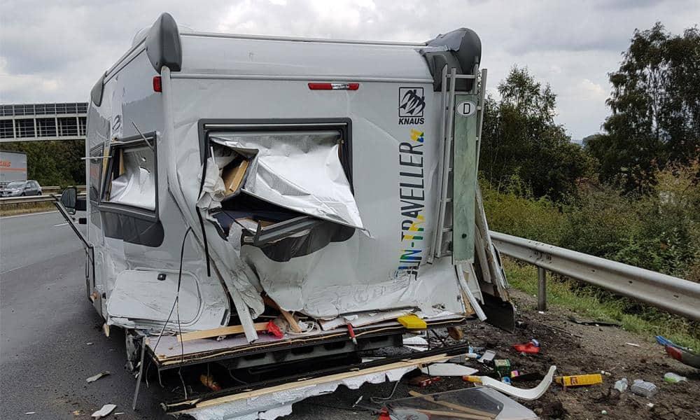 Das völlig zerstörte Wohnmobil drehte sich einmal um die eigene Achse und blieb schließlich an der Seitenleitplanke stehen. Der Fahrer wurde glücklicherweise nur leicht verletzt. - © Feuerwehr Herford