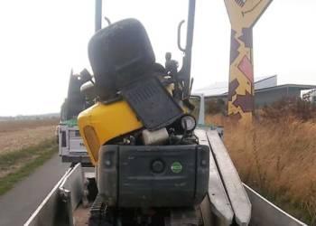 """Etwas """"geknickt"""" nach dem Unfall - unter den Augen der Giraffe wurde der Minibagger vom Anhänger """"gepflügt"""" - © Polizei Borchen"""