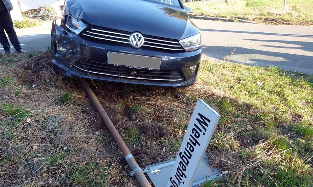 Der VW der 54-jährigen Lübbeckerin wurde gegen ein Straßenschild geschleudert. - © Polizei Hüllhorst