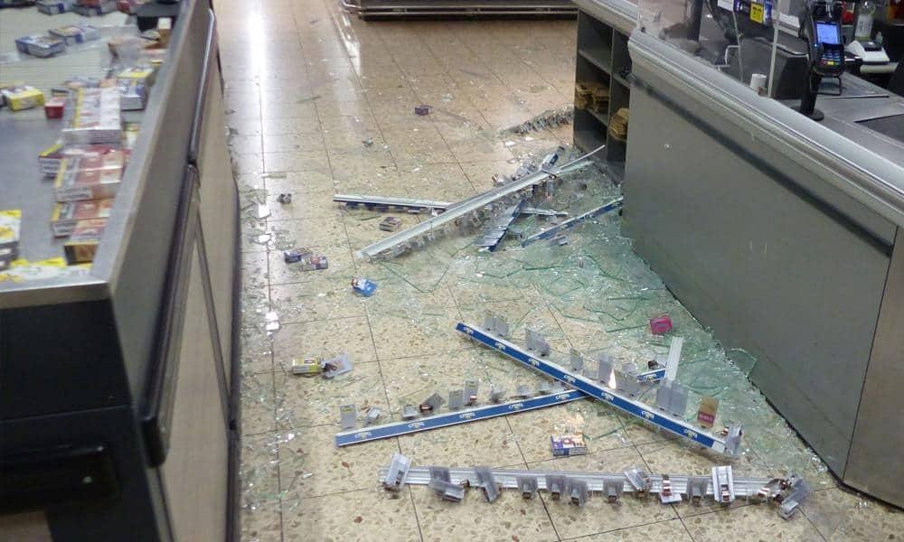 Die Unbekannten richteten bei ihrem Beutezug erheblichen Schaden in dem Geschäft an. - © Polizei Bad Oeynhausen