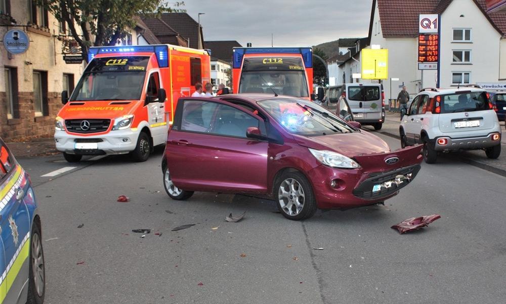 Stark beschädigter Ford Ka nach einem Unfall