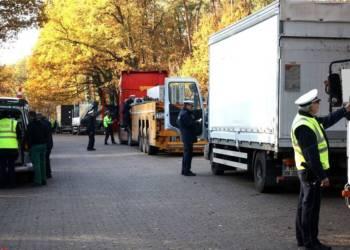 Mehrere Polizisten kontrollieren Fahrzeuge
