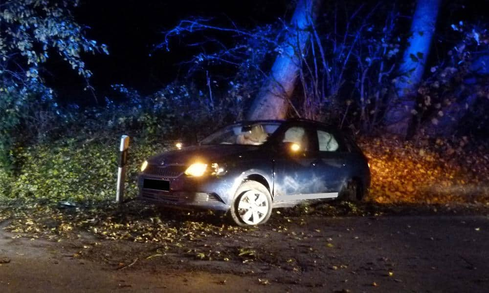 Das Auto ist im Straßengraben zum Stehen gekommen.