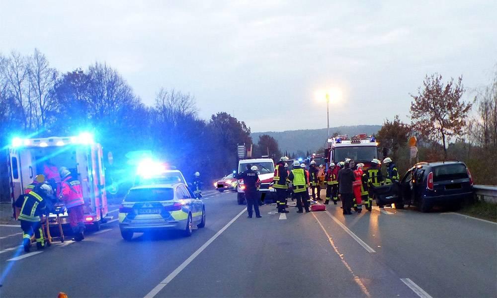 Bei dem Unfall an der Abfahrt der B 65 zogen sich zwei Personen Verletzungen zu. - © Polizei Porta Westfalica