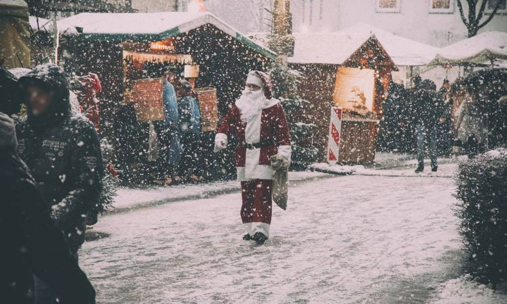 Weihnachtsmann läuft über den Piumer Weihnachtsmarkt