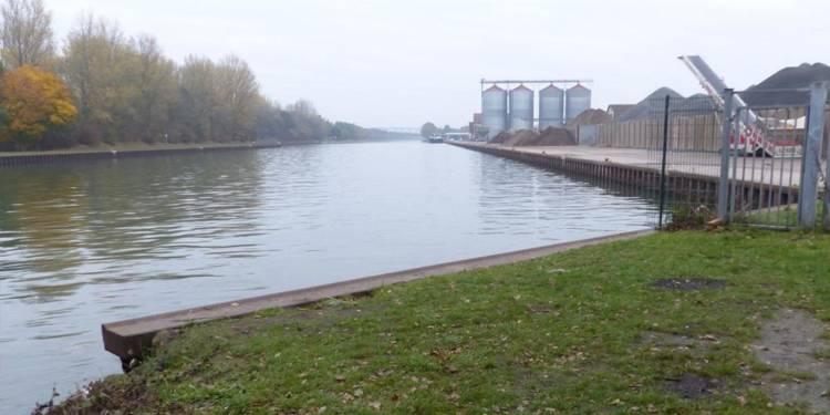 """Sicht auf das Hafenbecken in der Nähe der Brücke """"Am Yachthafen"""""""
