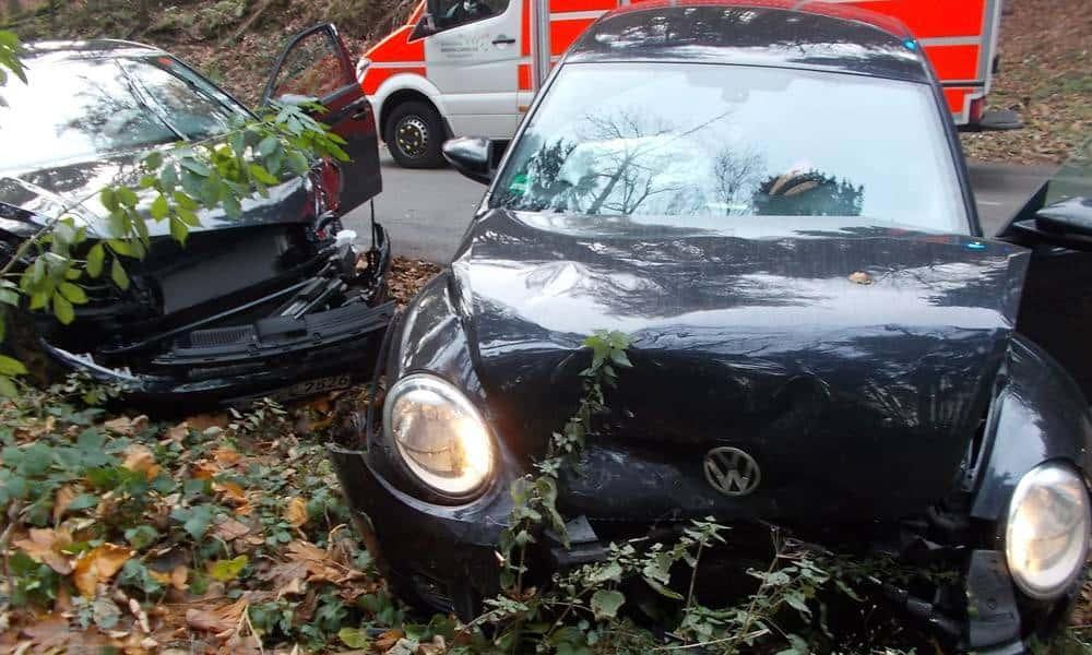 Die beiden Fahrzeuge, ein VW Beetle und ein Polo, prallten am Nachmittag im Wiehengebirge auf der Schnathorster Straße zusammen. - © Polizei Lübbecke