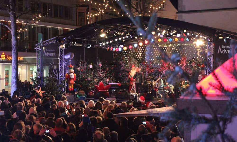 Massen vor einer Aufführung auf dem Detmolder Advent