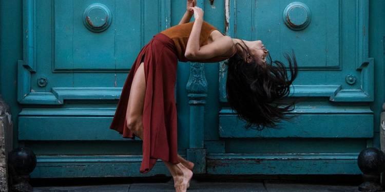 Tänzerin Deborah Lotti beinahe kopfüber